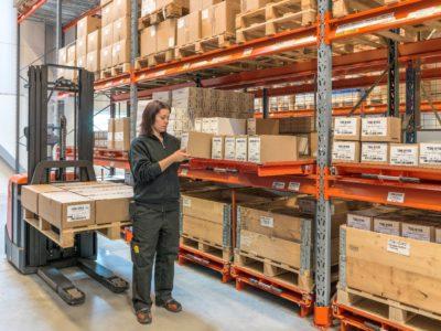 EAB paletový výsuv v praxi. Špičková ergonomie a bezpečnost. Na malém prostoru zvýšíte vychystávací kapacitu vašeho skladu.